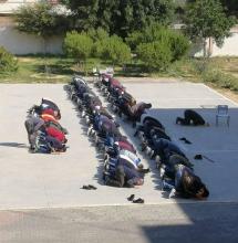 جانب من أداء صلاة الضحى جماعة في ساحة المدرسة