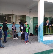 أثناء مشاركة الطلاب في الاذاعة المدرسية