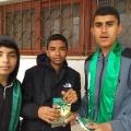 جانب من توزيع الكتيبات على الطلاب