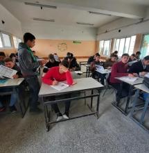صورة من توزيع الملازم على طلاب المدرسة