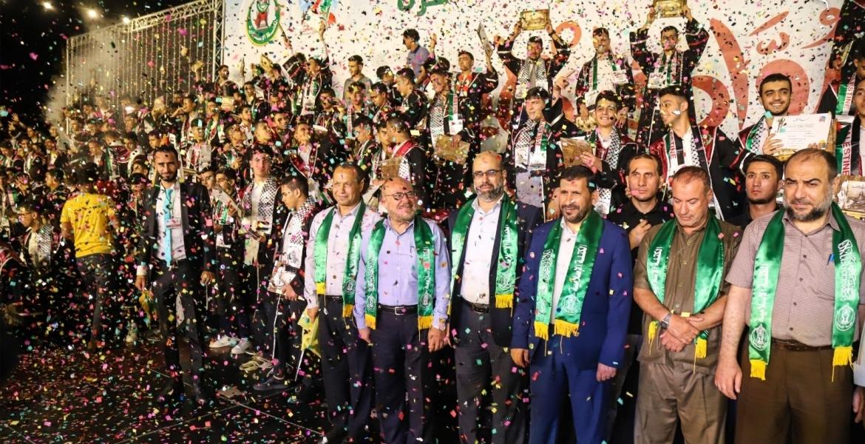 صورة تجمع قيادة حماس والكتلة والنتعليم مع الطلاب المتفوقين