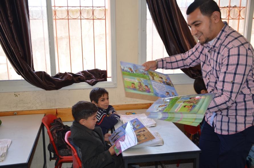 توزيع نشرة سعدي وسط فرحة من الطلاب
