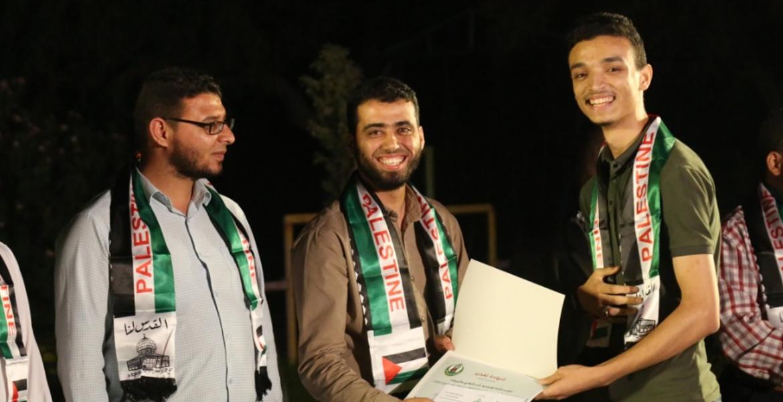 أثناء تكريم المنشد مؤمن أبو عنزة