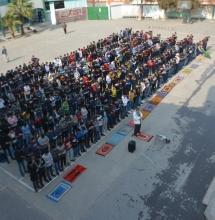 جانب من أداء صلاة الظهر جماعة في ساحة المدرسة
